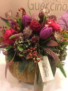Una zucca decorata con fiori freschi nei toni dell'autunno. @anaphalis creazioni Cento Fe Italy