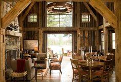 poutre en bois et une cheminée en pierre dans le salon rustique