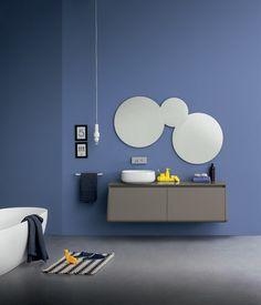 meuble sous vasque salle de bain gris graphite avec une vasque ovale blanche et ensemble de trois miroirs ronds
