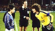 7 avril 1984, Ancien Stade Louis II (Monaco). Toss orchestré par Michel Vautrot pour les capitaines Alain Giresse et Jean-Luc Ettori. Bordeaux s'inclinera (2-1).