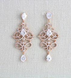 Diese detaillierten exquisit Braut Ohrringe, die ich persönlich entworfen und erstellt exklusiv für Schätze von Agnes. Sie finden sie nur hier. Erstaunlich ausführlich mit Pavé-Stil, während reine Brillanz von Swarovski Steinen. Rose Gold plattiert und auch in Silber Rhodium-Beschichtung erhältlich. Sehr leicht und angenehm zu tragen. Ohrringe baumeln 2-1/4 Zoll und 1 Zoll breit sind.  Dies ist ein original-Design von © Schätze von Agnes  BEREIT, SCHIFF  PASSENDE HALSKETTE:  https:/...