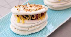Minipavlovas som är härligt krispiga på utsidan och sega inuti. Tricket är att göra dem på varmvispad maräng. Serveras fyllda med vispad grädde, färska bär och sötsyrlig lemon curd.