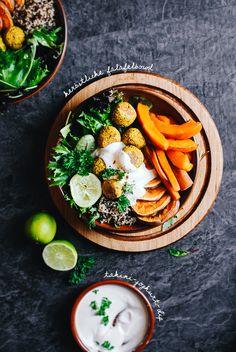 Diese herbstliche Falafelbowl ist gefüllt mit frischem Blattgrün, Quinoa, Ofengemüse, gebackenen Kurkuma-Falafeln und einem leckeren Tahini-Joghurt-Dip.