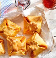 Kleine Teigtaschen, gefüllt mit weißem Spargel, einer leckeren Creme und gerösteten Pinienkernen.