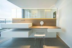 salle de bain moderne, vasque à poser blanc neige, meuble de rangement bois et blanc et carrelage sol assorti