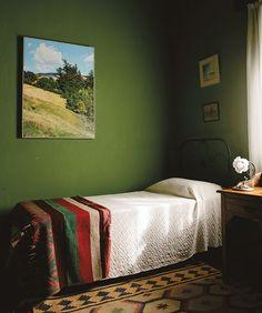 Verde no quarto é uma boa pedida. A cor traz tranquilidade e não é tão melancólica quanto o azul.