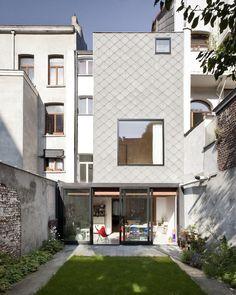 Construído na 2013 na Schaerbeek, Bélgica. Imagens do bepictures. O desafio era transformar uma casa unifamiliar de quatro pavimentos em dois apartamentos com circulações independentes e espaços ao ar livre. Para...