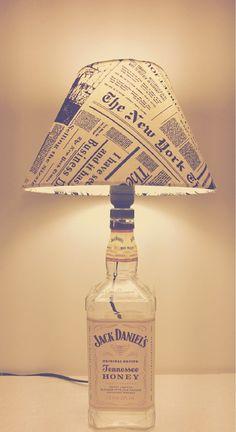 ABAJUR JACK DANIELS HONEY Abajur cuja base é uma garrafa de whiskie Jack Daniels Honey. Exclusividade de CARLLOS CRIAÇÕES. Segue com a cúpula, a parte elétrica completa, testada, pronto para ser utilizado Despachamos para todo o Brasil. R$ 97,00