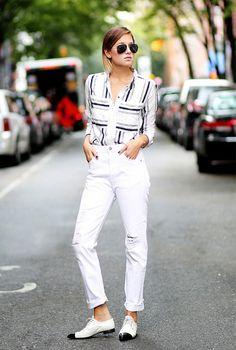 Todo mundo tem, usa e ama calça jeans, não é mesmo? Pois tem uma trend que veio com tudo em 2016 e promete ficar em 2017: a barra dobrada uma única vez. Isso mesmo, deixar a costurinha ou o rasgado da barra da calça a mostra quando dobrada está na moda. Kendall Jenner já usou a trend em seu look logo agora nesse começo de ano (mais exatamente ontem 03/01). Além disso, essa é uma tendência super fácil de copiar, afinal todos temos uma calça jeans. Separamos algumas fotos abaixo para você ...