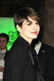 Cute Short Pixie Cut – Anne Hathaway Short Straight Hairstyles with Side Swept Bangs /PacificCoastNews Popular Short Hairstyles, Pixie Hairstyles, Celebrity Hairstyles, Straight Hairstyles, Bob Haircuts, Short Straight Hair, Short Hair Cuts, Short Hair Styles, Pixie Cuts