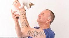 Homem é tão apaixonado por gatos que tem quase 40 tatuagens em homenagem aos felinos