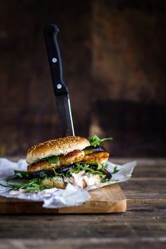 Sund og saftig kyllinge- og aubergineburger med sprød parmesan kylling og stærk chilidressing. Hjemmelavet og anderledes burger - find opskriften her.