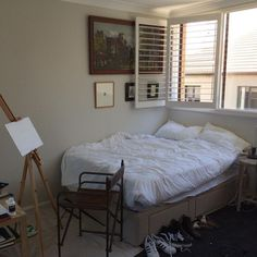 Open windows, white comfy bed, the easel! Perrrrfect!