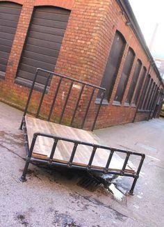 Pipa de acero oscuro Justin y andamios accesorios Kingsize cama marco Industrial - muebles industriales a medida por www.urbangrain.co.uk