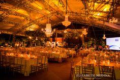 Montaje para boda clásica-orgánica, una combinación de candelabros y arreglos florales / Classic - organic wedding set up, a combination of chandeliers and floral arrangements #Hacienda #Mérida #Yucatán #Wedding #Boda