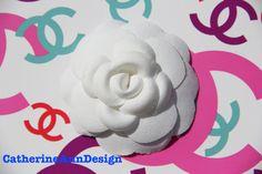 Authentique CHANEL off blanc tissu CAMÉLIA grande fleur - pour broche Broche collier sac à main ceinture chapeau chaussures bandeau cheveux arcs emballage cadeau                                                                                                                                                                                 Plus