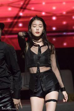 ファンミーティングに登場した歌手IUの画像が韓国のオンラインコミュニティに掲載され、ネチズンの注目を集めている。  画像を見たネチズンは、「太もものバンドが少し小さく見えるのは私だけ?」、「ドラマ『プロデューサー』のシンディを再現?」、「私がしたらバンド爆発するかもねw」、「このバンド、最近のアイドルはよくはめてるよね」などの反応をみせた。