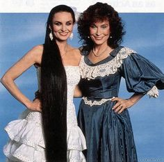 SISTERS LORETTA LYNN AND CRYSTAL GAYLE