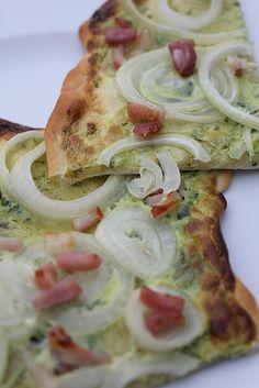 Bärlauch-Flammkuchen, ein Flammkuchen mit Speck, Zwiebeln und Bärlauch, superlecker nicht nur im Frühling. Und hier ist das Rezept http://wolkenfeeskuechenwerkstatt.blogspot.de/2012/05/barlauch-flammkuchen-la-wolkenfee.html