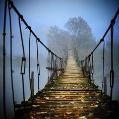 Bridge. Anche malmesso un ponte collega sempre due parti divise Where to go by Bogdan Panait