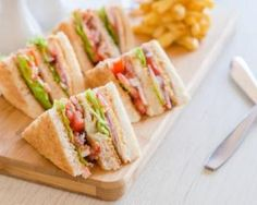 Club sandwich aux crudités et aux restes de poulet cuit : http://www.fourchette-et-bikini.fr/recettes/recettes-minceur/club-sandwich-aux-crudites-et-aux-restes-de-poulet-cuit.html
