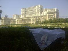 LACOTEC en Bucarest: Edificio del Parlamento en Rumania. Su nombre original es: Casa del Pueblo, denominación aún usada en Rumania. Construido bajo el mandato de Nicolae Ceausescu. Su construcción comienza en 1984 y finaliza en 1989. Al ser relevada la dictadura, el palacio se transforma en casa del Parlamento rumano. También alberga al Museo Nacional de Arte Contemporáneo. Es el segundo edificio más grande del mundo tras el Pentágono, y el primero de Europa.