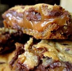 Knock You Naked Bars Delicious Caramel Cookie Bars with an amazing layer of gooey caramel stuffed in better the layers with a hint of peanut butter. These cookie bars are EPIC and you'll never make them Chip Cookie Recipe, Cookie Recipes, Dessert Recipes, Dessert Ideas, Caramel Cookies, Chocolate Chip Cookies, Chocolate Bars, Desserts Caramel, Chocolate Lovers