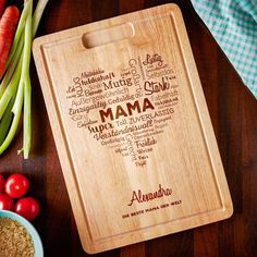 Unser Wortwolke - Schneidebrett mit Gravur für Mama: Jetzt individuelles Küchen Brett mit Gravur für die Mutter gestalten.