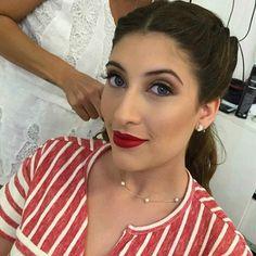 Sábado atendi essa Argentina 🇦🇷Meu  espanhol não é muito bom ,mas conseguimos nos entender kkkkkk ela me pediu uma pele super natural ,nada de lápis de olho ,sobrancelhas quase nada e uma boca vermelha ....😍😍😍😍Amo quando elas me pedem esse estilo de maquiagem . Como ela mesma disse quando se olhou no espelho :me encanta 💕💕💕💕💕💕 Batom Russian red @maccosmetics  Hair @kleyzimakeuphair  Agendamentos WhatsApp :79988066102 #ateliepatricialopes#clientesdivas#aracaju #lehpequenomakeup…