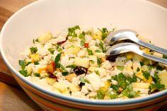 Lækker blomkålssalat med rå blomkål og små æbletern. Jeg har her vendt 50 gram grofthakkede saltede mandler og cashewnødder, og det giver en virkelig sprød salat. Foto: Guffeliguf.dk.
