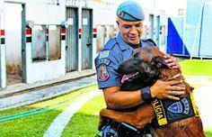 O cabo Cícero Souza Santana com o cão Yanko, de 2 anos, na sede do Baep em Campinas; utilização dos animais para localização de criminosos e drogas teve início após transferência de policial de canil da Capital