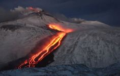 Neve e lava na #Sicilia: http://www.brasilnaitalia.net/2014/01/vulcao-na-italia-o-espetaculo-do-etna-em-erupcao.html