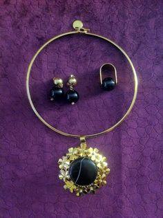 Aro elaborado en acero con dije en bronce con baño en oro de 24K y cuarzo Onix. Aretes y anillos elaborados en onix en bronce con baño en oro de 24k. #jewelry #handmade #colombia #cali #joyasdeautor #ambardesign. Info. gerencia@ambar.co y cel 3206878770