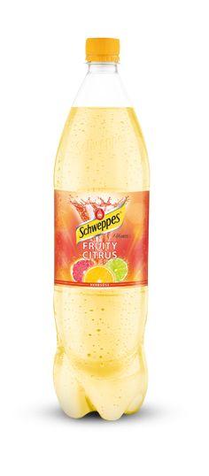 Schweppes Fruity Citrus als prickelnde Erfrischung mit intensiv fruchtigem und angenehm süßen Geschmack - ganz ohne künstliche Konservierungs- oder Farbstoffe.