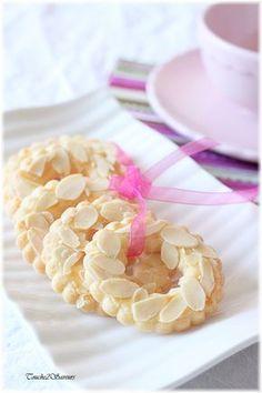 Wreaths with almonds and lemon - Couronnes aux amandes et citron Mini Desserts, Cookie Desserts, Just Desserts, Cookie Recipes, Snack Recipes, Dessert Recipes, Snacks, Christmas Desserts, Biscuit Cookies