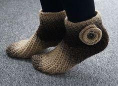 Häkle Dir jetzt wunderbare neue Haussocken. Auch Anfänger können die Socken mit der Anleitung nachhäkeln. Schnapp Dir die Anleitung + die Wolle jetzt.