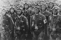 第八航空総攻撃のため知覧に集合した特別攻撃隊隊員。この攻撃で陸海軍は航空兵力の全力を集中、義烈空挺隊12機、陸軍特攻機100機、海軍特攻機80機、陸軍重爆22機、海軍爆戦24機、雷撃機30機、中攻4機、神雷部隊10機の282機を投入。 #special_attack #tokkō #kamikaze