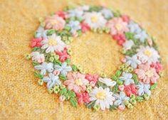 * . 暖色系の花に、グリーンの葉っぱ、 . この配色が一番、目に優しいなぁーと思います☺️ . . #刺繍#手刺繍#ステッチ#手芸#embroidery#handembroidery#stitching#needlework#자수#broderie#bordado#вишивка#stickerei