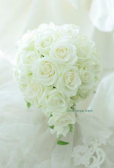 ティアドロップブーケ 帝国ホテル様へ 白バラだけのブーケ : 一会 ウエディングの花