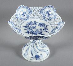 FUSS-SCHALE, unterglasurblaues Zwiebelmusterdekor, durchbrochen gearbeitet, H 15,5, MEISSEN, 1860-19 — Porzellan