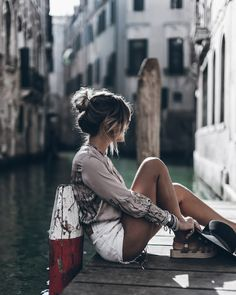 Beautiful inspiration for venice, italy. sitting by the canal and enjoying the view of the sinking city Venice Photography, Portrait Photography, Travel Photography, Venice Travel, Italy Travel, Fotos Goals, Reisen In Europa, Foto Pose, Italy Vacation