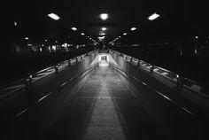 Titel: Bahnhof Gang / Künstler: Dominik Gruszczyk / Print anschauen & kaufen: http://wvr-arts.de/catalog/product/view/id/405/s/dominik-gruszczyk/category/66/