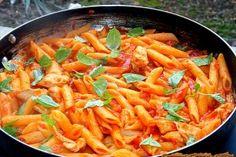 Paste cu piept de pui si sos de rosii Recipe Collector, Pizza Lasagna, Caesar Pasta Salads, Romanian Food, Romanian Recipes, Good Food, Yummy Food, Penne, Curry