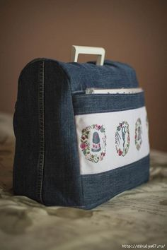 Funda maquina de coser - looks like a sewing machine cover, with cross stitched motifs on the pocket! Sewing Hacks, Sewing Tutorials, Sewing Crafts, Sewing Projects, Sewing Patterns, Tutorial Sewing, Artisanats Denim, Denim Ideas, Denim Crafts