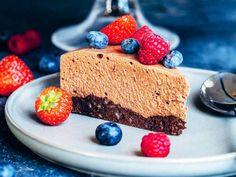 Chokladmoussetårta – recept med mousse och mandelbotten | Aftonbladet Munnar, Mousse, Cheesecake, Desserts, Food, Tailgate Desserts, Deserts, Cheese Cakes, Eten