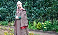 Einfacher Gardecorps über einer grünen Cotehardie Cold Weather Outfits, 14th Century, Men's Clothing, Persona, Medieval, Rain Jacket, Windbreaker, Raincoat, Kit