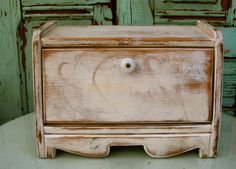 Bread Box - Cottage Chic - Your Antique Color choice - Shabby Decor - French Country Kitchen Rustic Bread Boxes, Wooden Bread Box, Vintage Bread Boxes, Cocina Shabby Chic, Shabby Chic Kitchen Decor, White Coffee Cups, Antique Decor, Cottage Chic, Shabby Cottage