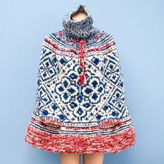 I found this original knitted ¿poncho? And it turns out it is made in Manos del Uruguay Clasica wool, a favorite of mine!
