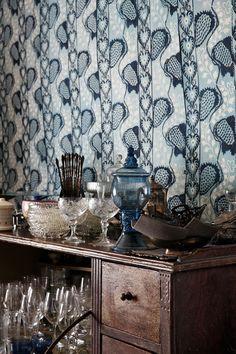 Keittiön viereisessä kamarissa on sininen käsinmaalattu tapetti, jonka malli on Heinolan museon Lääninkivalterin talosta.