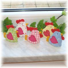 velikonoční slepičky slepičky jsou ušity z bavlněných látek, zobáček, hřebínek, ocásek je z plsti. Na výšku měří 9 cm a na šířku 8,5 cm (měřeno včetně hřebínku, zobáčku...) Cena je za 1 kus Dají se navléct i na drobnější vajíčka.